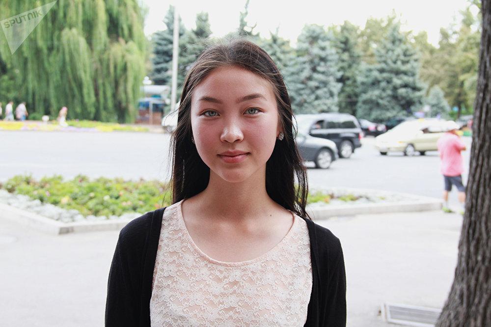 Лунара Айдаралиева, 16 лет Родилась в селе Мырзаке Ошской области. Сейчас она ученица 10-го класса одной из кантских школ. Увлекается игрой на комузе и танцами. При знакомстве мне обязательно задают вопрос: почему у вас глаза такие зеленые? — рассказала она.