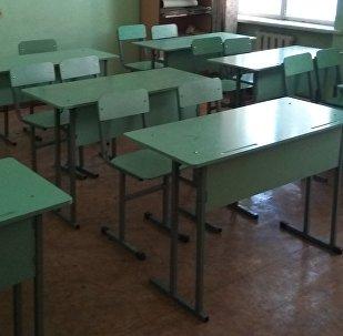 Пустой класс с партами кыргызского государственного музыкального училища в Бишкеке