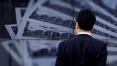 Мужчина на фоне плаката с изображением долларов США, Архивное фото