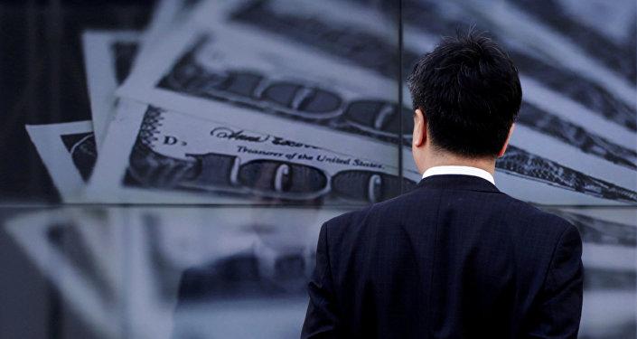 Мужчина на фоне плаката с долларами США. Архивное фото