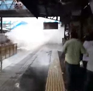 Скоростной поезд окатил гигантской волной людей на станции в Индии