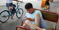 Пекиндин телефон колдонуучусу. Архивдик сүрөт
