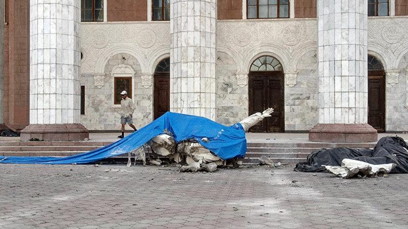 Рабочие во время реконструкции здания Национального академического театра оперы и балета имени А. Малдыбаева