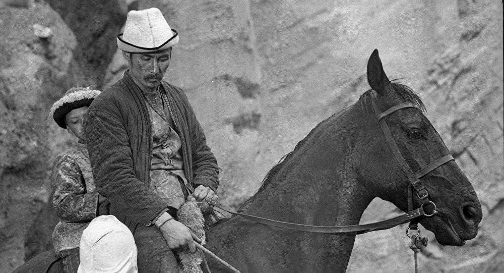 Архивное фото советского и кыргызского актера кино, художника Суйменкула Чокморова