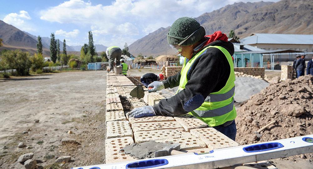Рабочий во время строительства. Архивное фото