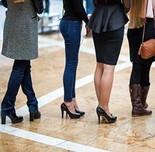 Девушки стоят в очереди. Архивное фото