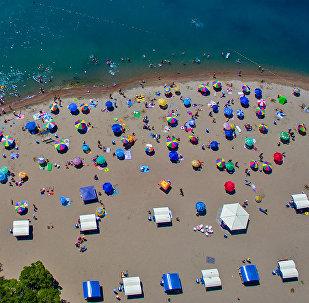 Отдыхающие на пляже озера Иссык-Куль в городе Чолпон-Ата. Архивное фото