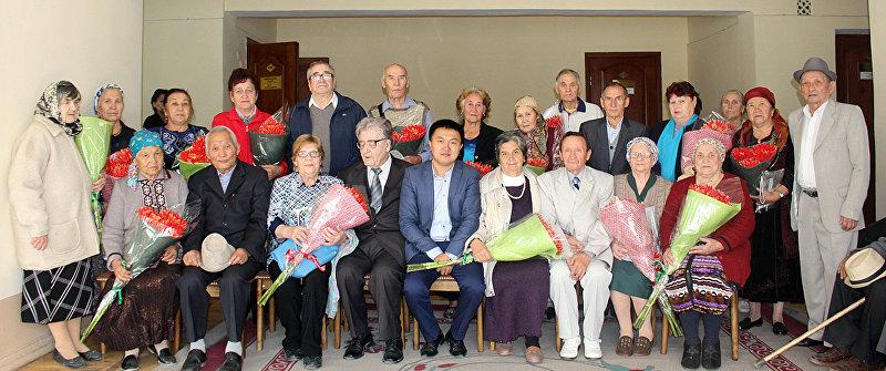 Свердловская районная администрация поздравила золотые пары с Международным днем пожилых людей