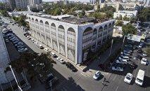 Вид на сгоревшее здание Генеральной прокуратуры в центре Бишкека. Архивное фото