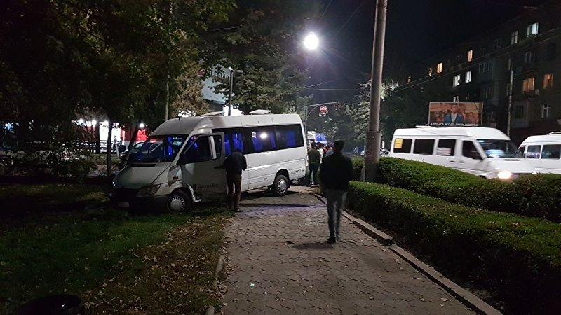 В центре Бишкека полная пассажиров маршрутное такси столкнулась с внедорожником