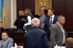 Украинада депутаттар мушташа кетип, бирөөнүн жаагы сынган видео тарады