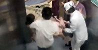 Женщина родила в лифте роддома — кадры из Китая