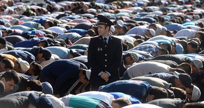 Мусульмане перед намазом в день праздника у Соборной мечети в Москве. Архивное фото