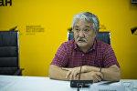 Политолог Бакыт Бакетаев во время видеомоста в мультимедийном пресс-центре Sputnik Кыргызстан