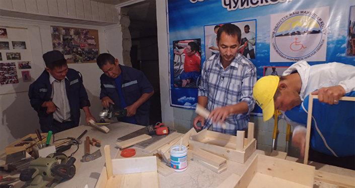 Инвалиды делают мебель для кыргызстанцев — доброе видео из Сокулука