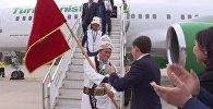 Целовал и обнимал — Сапар Исаков встретил участников Азиатских игр