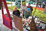 У памятника Курманжан Датке прошла ежегодная благотворительная ярмарка От сердца к сердцу, на которой пожилые люди продавали изделия, сделанные своими руками
