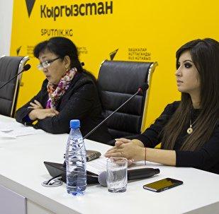 Заместитель директора Национального центра кардиологии и терапии имени Миррахимова Рыскуль Кыдыралиева и пресс-секретарь Асель Абдашинова в ходе видеомоста