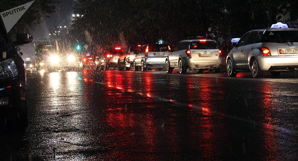 Автомобили на одной из улиц Бишкека во время дождя. Архивное фото