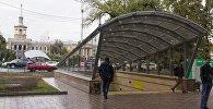 Люди у подземного перехода в Бишкеке. Архивное фото