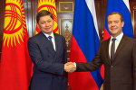 Кол кысышкан премьерлер. Исаков менен Медведевдин жолугушуусу кандай өттү