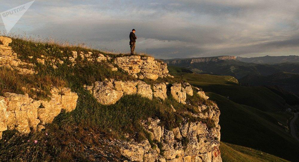 Мужчина на горном плато. Архивное фото