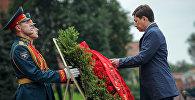 Премьер-министр Сапар Исаков Белгисиз жоокердин күмбөзүнө гүлчамбар койду