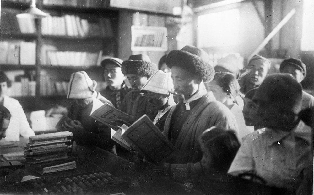 Окурмандар 1929-жылы Кыргызмамбасылмасынын китеп дүкөнүндө