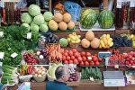 Овощи и фрукты на прилавке магазина. Архивное фото