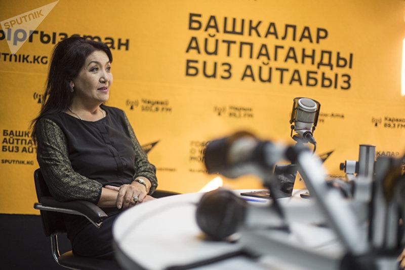 Заслуженная артистка Кыргызстана, солистка Государственного оркестра народных инструментов Майрам Дуйшекеева во время интервью Sputnik Кыргызстан