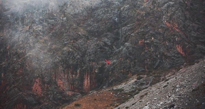 Экспедиции удалось с помощью дрона спустя 10 минут полета обнаружить тело погибшей израильтянки. Управлял дроном руководитель российской экспедиции Богдан Булычёв.