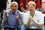Экс-президент США Барак Обама и Британский принц Генри Уэльский наблюдают за баскетбольным матчем в Торонто