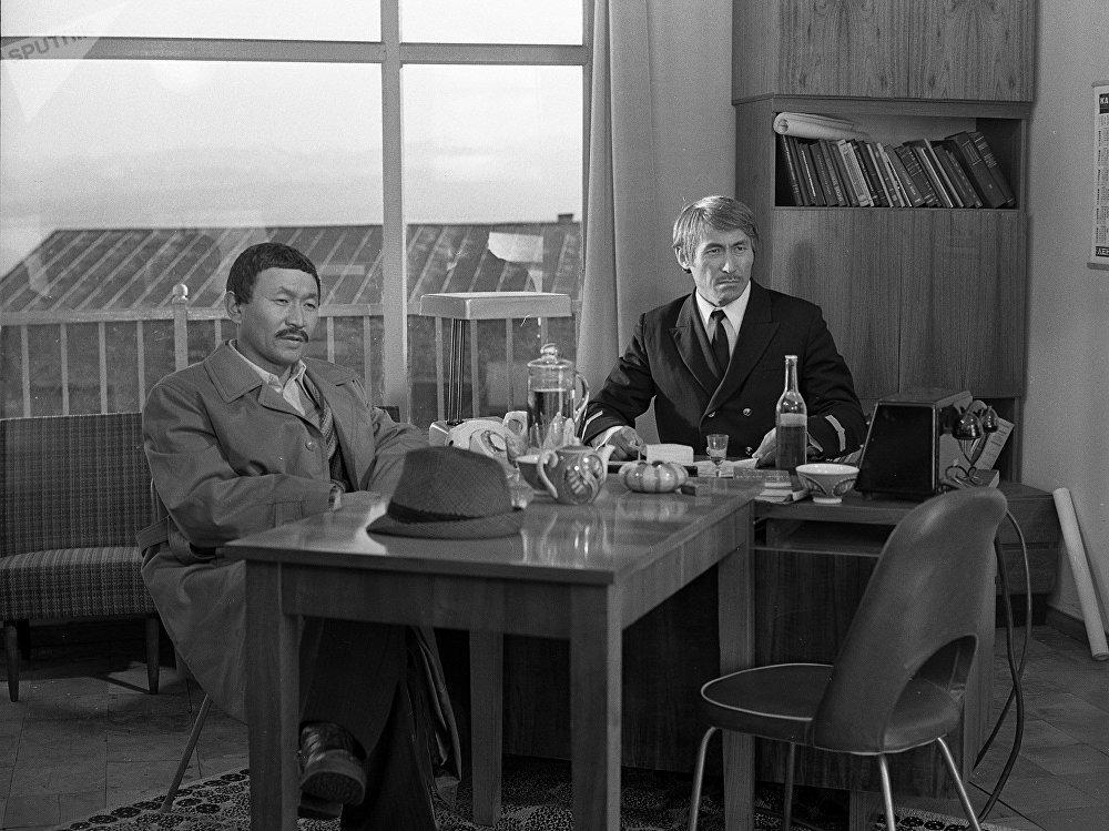 Фильмде белгилүү кыргыз жана советтик актерлор роль жараткан