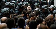 Испанские сотрудники гражданской гвардии пробираются сквозь толпу на избирательный участок для запрещенного референдума о независимости, где президент Каталонской Республики Карлес Пудждемтон должен был голосовать в Сант Джулиа де Рамис. Испания, 1 октября 2017 года