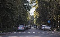Автомобили припаркованные на обочине одной из улиц Бишкека. Архивное фото