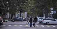 Пешеходы на проспекте Чуй в центре Бишкека. Архивное фото