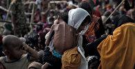 Женщина со своим больным ребенком в лагере для беженцев в городе Кокс-Базар (Бангладеш)