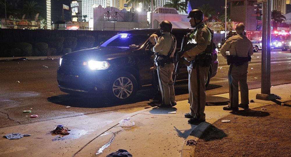Полиция Лас-Вегаса на месте, где была стрельба по Лас-Вегас-Стрип в Лас-Вегасе. 2 октября 2017 года