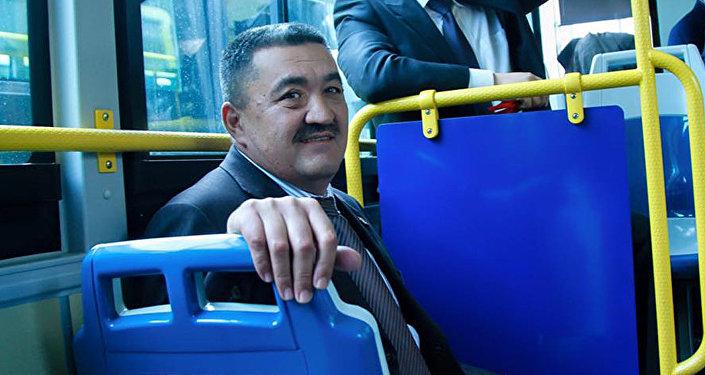 Мэр Албек Ибраимов на презентации новых автобусов большой вместимости в Бишкеке. Архивное фото