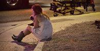 Женщина на месте стельбы у казино Mandalay Bay в Лас-Вегасе, США. 2 октября 2017