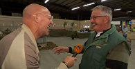 Фермер смеется так же, как кудахчут его куры, — видео из Голландии