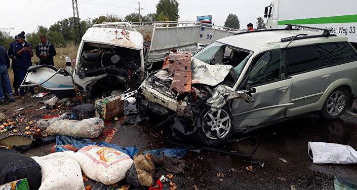 Последствия лобового столкновения Huyndai Porter и Subaru Outback в районе ГЭС-5. Архивное фото