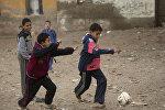 Дети играют в футбол на улице в деревне недалеко Каира, Египет. Архивное фото