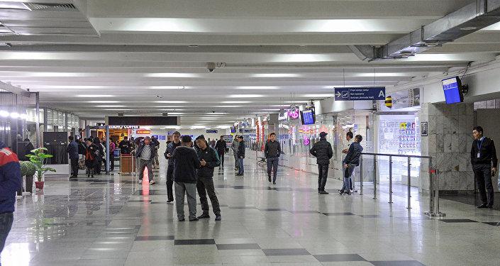 Премьер-министр Сапар Исаков бүгүн, 4-октябрда таң эрте эл аралык Манас аэропортун капысынан барып текшергенин өкмөттүн маалымат кызматы билдирди