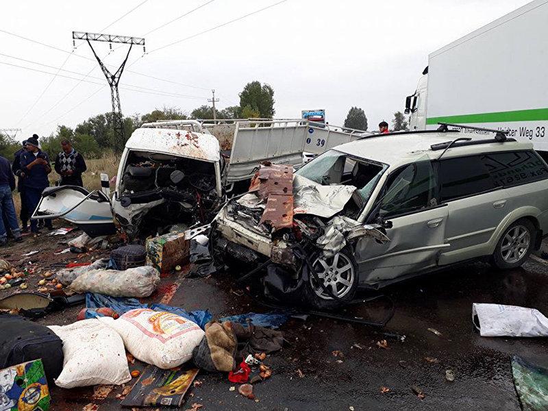 Близ Бишкеке в районе ГЭС-5 произошло лобовое столкновение двух автомобилей — Huyndai Porter и Subaru Outback