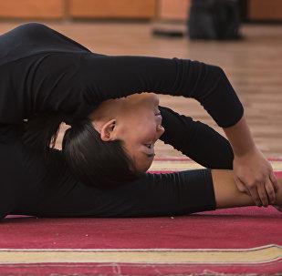Пятнадцатилетняя циркачка Милена Урулдаева во время исполнения трюка с гибкостью тела. Архивное фото