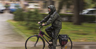 Велосипедист едет по одной из улиц Бишкека во время дождя. Архивное фото