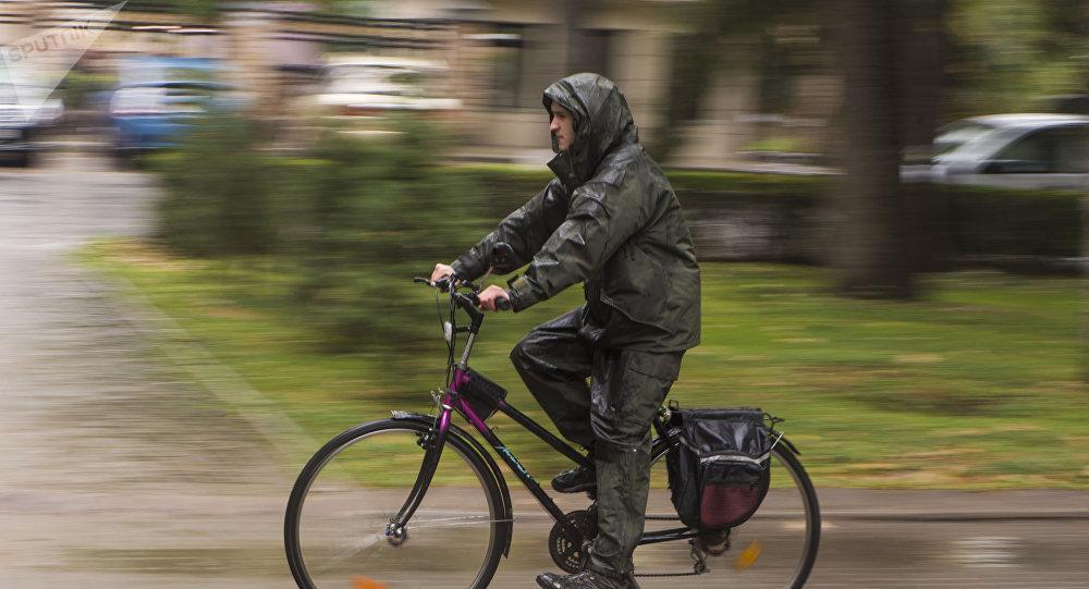 Велосипедист едет по одной из улиц Бишкека. Архивное фото