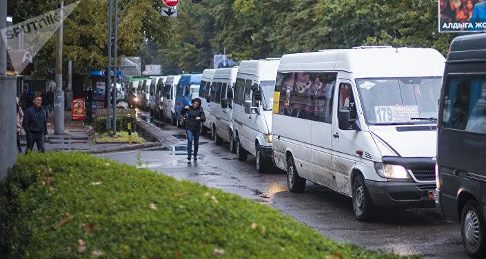 Маршрутки на одной из улиц Бишкека. Архивное фото
