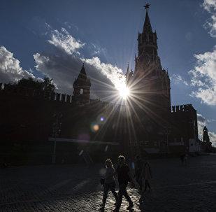 Туристы на Васильевском спуске в Москве. Архивное фото